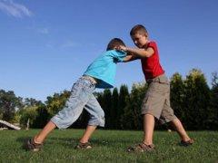 父母该如何正确应对孩子的暴力行为